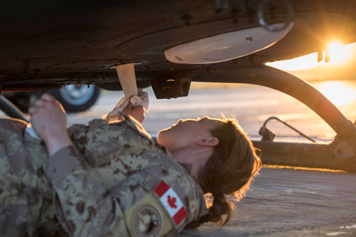 Soldate de l'armée de l'air travaillant sur l'entretien